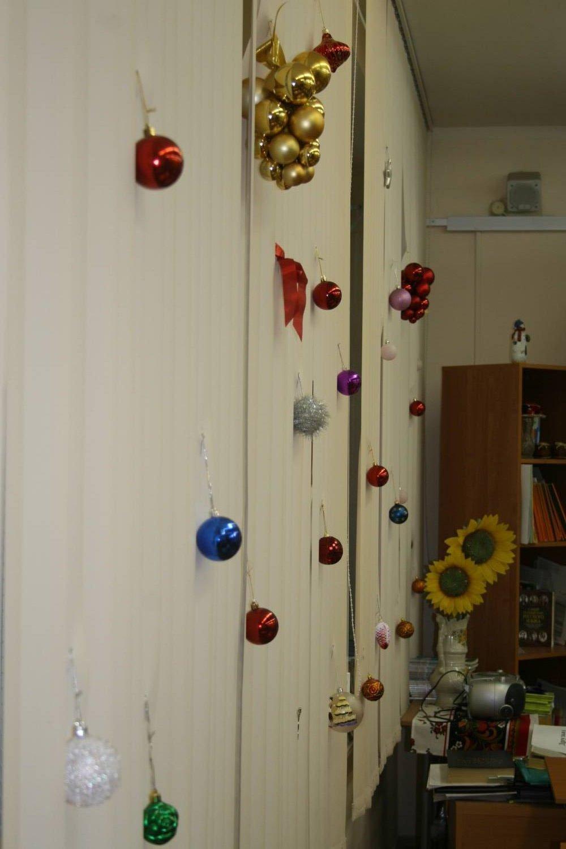 Новогоднее украшение в офисе фото